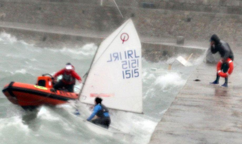 En RIB forsøger at redde en optimistjolle i Dun Laoghaire Havn under stormen Brian. I højre hjørne kan to kæntrede joller ses. Foto: Stephen Collins/Collins Picture Agency.