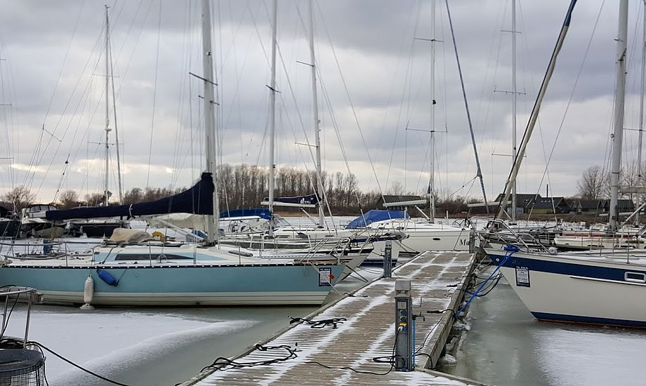 På salgsbroen hos Tempo Bådsalg i Ishøj sidder bådene godt fast i isen. Foto: Troels Lykke