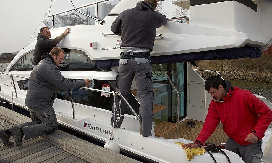 Aktivitet på Ishøj Havn, hvor Fairline-både gøres klar til levering.
