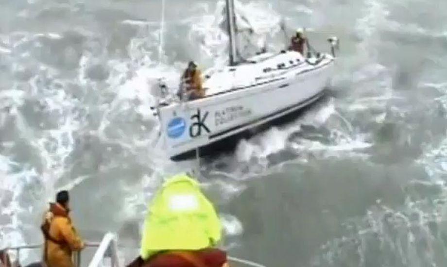 Dårligt vejr i den Engelske kanal, er virkelig dårligt. Her er der op til 6 meter høje bølger. Foto fra video