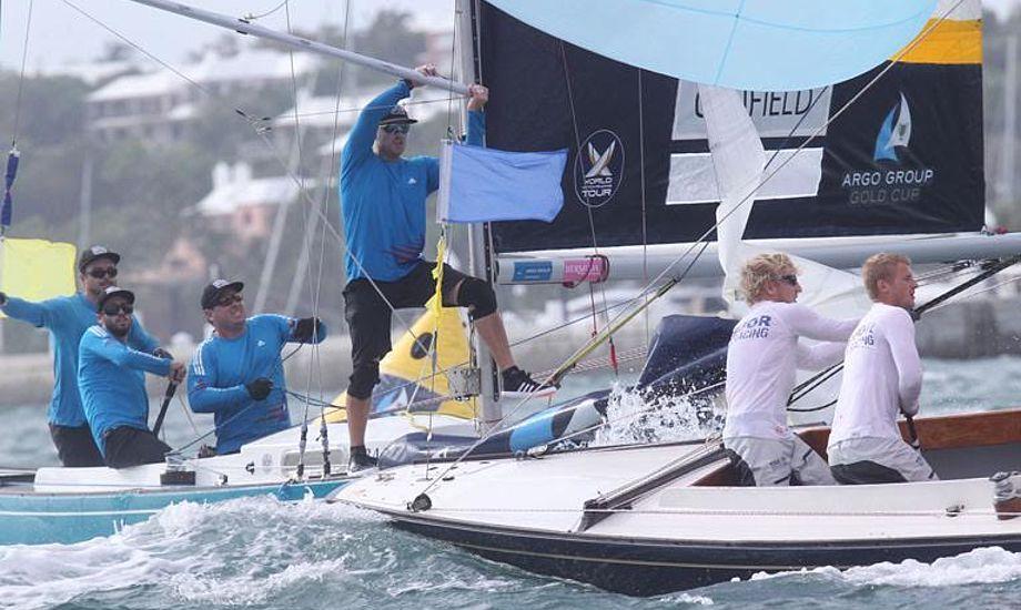 Sehested fik  læst lektien på America's Cup-øen Bermuda i et stævne, Jesper Radich har vundet, men også Russell Coutts med Gram-Hansen og Køstner om bord. Foto: Charles Anderson.