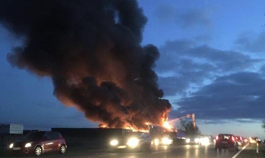 Den tykke, sorte røgsky tiltrak flere lokale til branden. Foto: Lars Ibsen