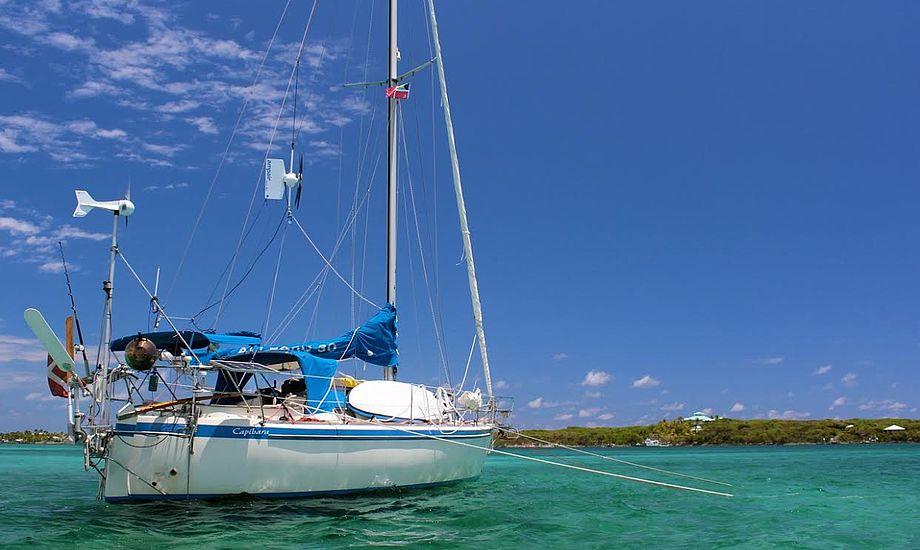 Capibara for anker med ekstra vindgenerator og solpaneler på hver side af søgelænderet. Det er ikke pænt, men det er praktisk! Her fra Bahamas, hvor vi vinkler båden efter solen for at få maksimalt ud af vores solpaneler. Foto: Signe Storr