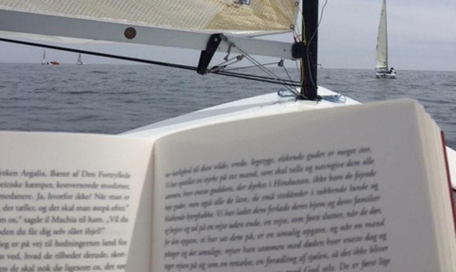 De første VM-dage har budt på vindstille og tid til læsning på vandet, viser sjovt foto fra danske Jan Peetz. Foto: Jan Peetz