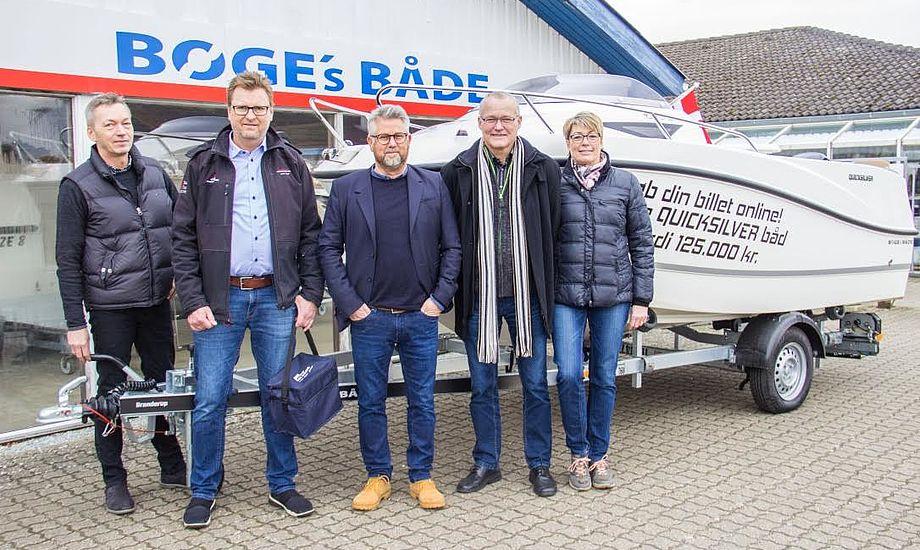 Fra venstre er det Lars Søndergaard, messechef i MESSE C Fredericia, Arne Bøge, direktør i Bøges Både ApS, Kenth Jørgensen, medejer i Jørgensen & Dahl A/S samt de to glade vindere, Mogens og Anette Pedersen fra Sønderborg. Foto: Fredericia Boat Show