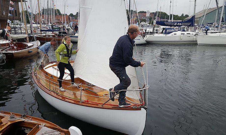 Formand for DFÆL, Catja Beck-Berge, var gast med sin kæreste Morten på denne båd. - Det ser bedre ud, når man sejler ud af havnen, sagde Morten til minbaad.dk. Foto: Troels Lykke