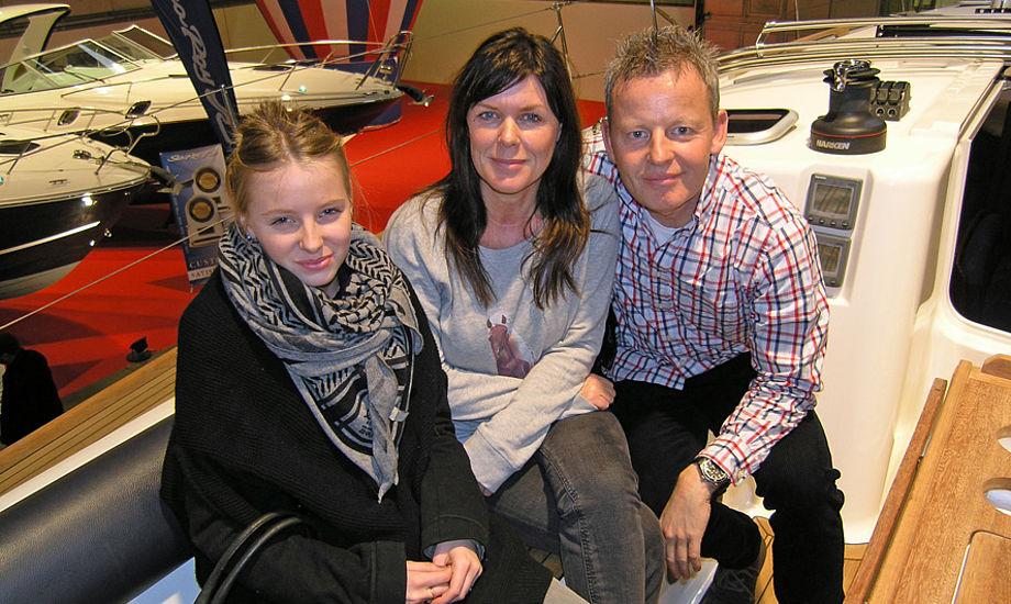 Niels Christian Meyer, alias Bubber, hans kone Christina og datteren Laura er ivrige sejlere, dog i øjeblikket uden båd. Så blandt andet denne 45 fods Dufour sejlbåd hos Sejlerliv Gruppen