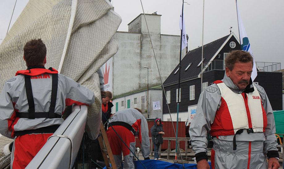 Lokale Firstmarine.dk med en bøjet bom, til højre ses ejeren Peter Reedtz. Foto: Troels Lykke