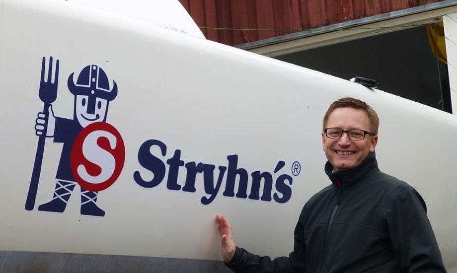 CFO i Stryhns Lars Egedal, som selv er en ivrig og passioneret sejler, var selv med til at påsætte bådens nye navn.