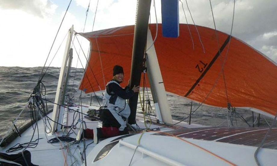 Mirabaud's sejler langsomt afsted med nødrig. Båden sejles af Dominque Wavre (SUI) og Michèle Paret (FRA)