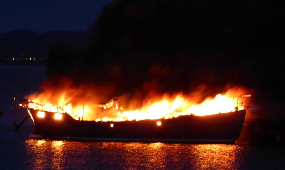 Ejeren overlevede fordi han blev dårlig af gassen og gik op på dækket, hvorefter båden brændte lige efter på Hirsholmene.