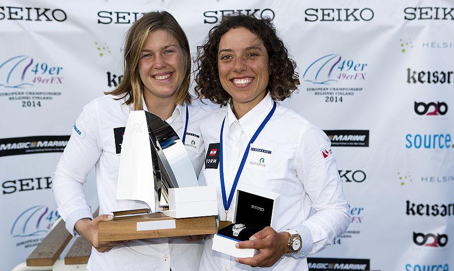 Glade danskere Ida Marie Baad og Marie Thusgaard fra Aarhus Sejlklub vinder EM-guld igen. Foto: Mick Anderson/Sailingpix