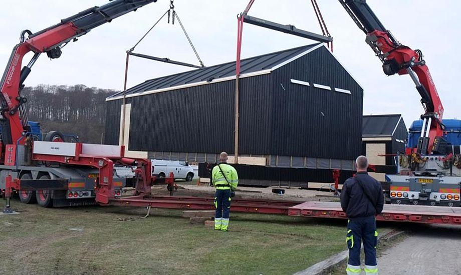 Et af de to nye badehuse løftes p¨plads. Foto: Aarhus Sejlklub