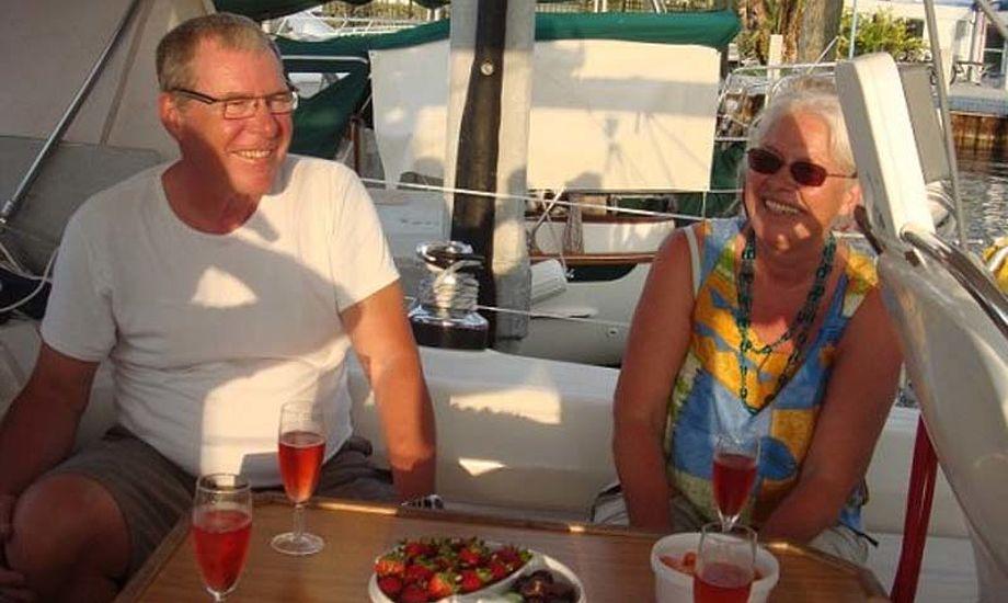 """Nønne og Jørgen hygger sig ombord på """"LUNA"""" i Caribien. Foto: Anne-Mette Lorenzen"""