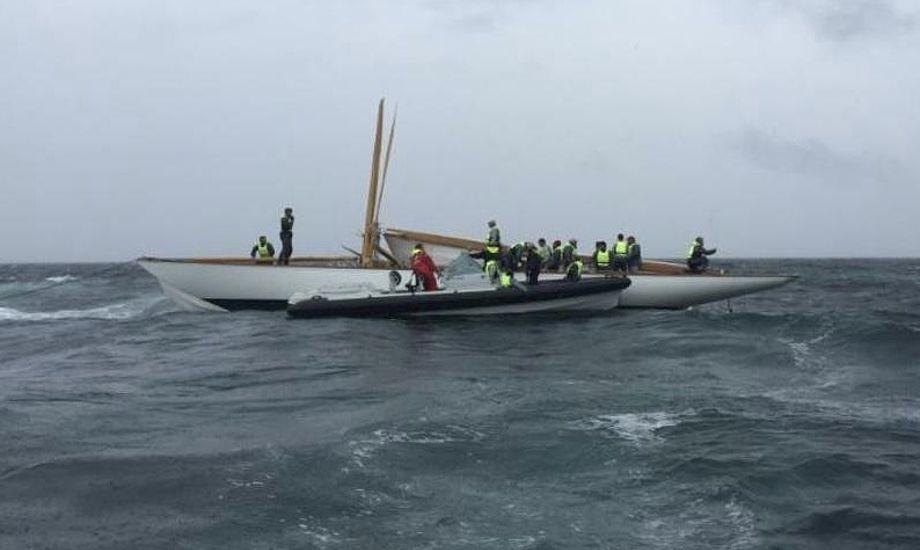 Besætningen var, ifølge tråbådsfestivalen, ved godt mod efter ulykken. Foto: Risør Trebåtfestival
