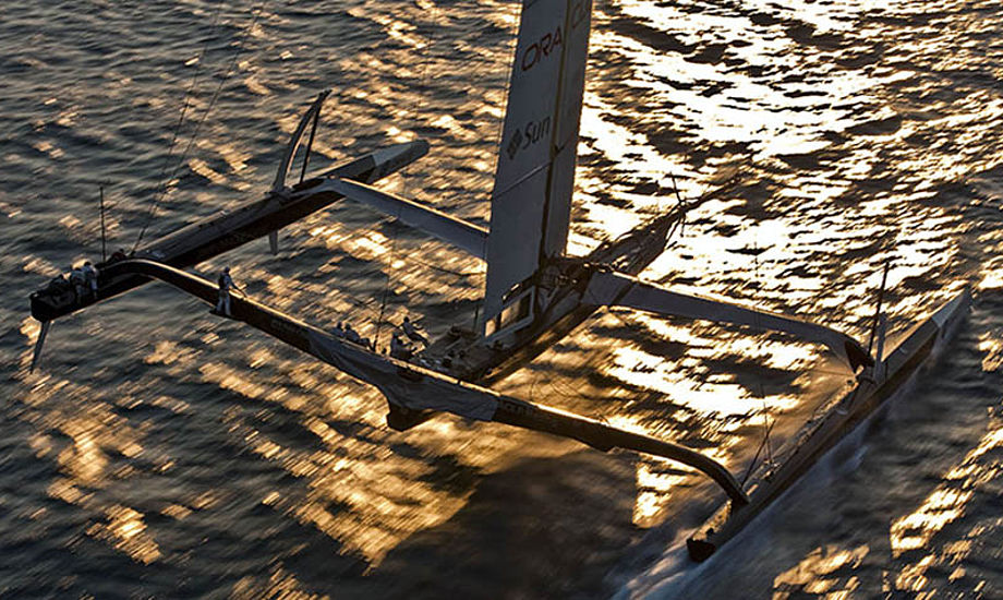 BMW Oracle Racing med vingemast under America's Cup.