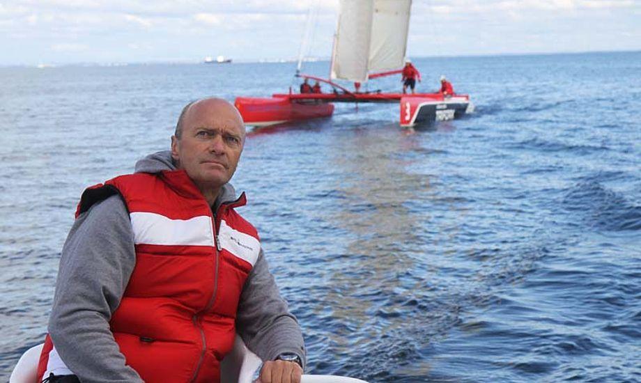 Jesper Bank styrer Carbon3, der her sejler lidt stærkere end Extreme 40, der ikke har et stort forsejl oppe. Foto: Troels Lykke