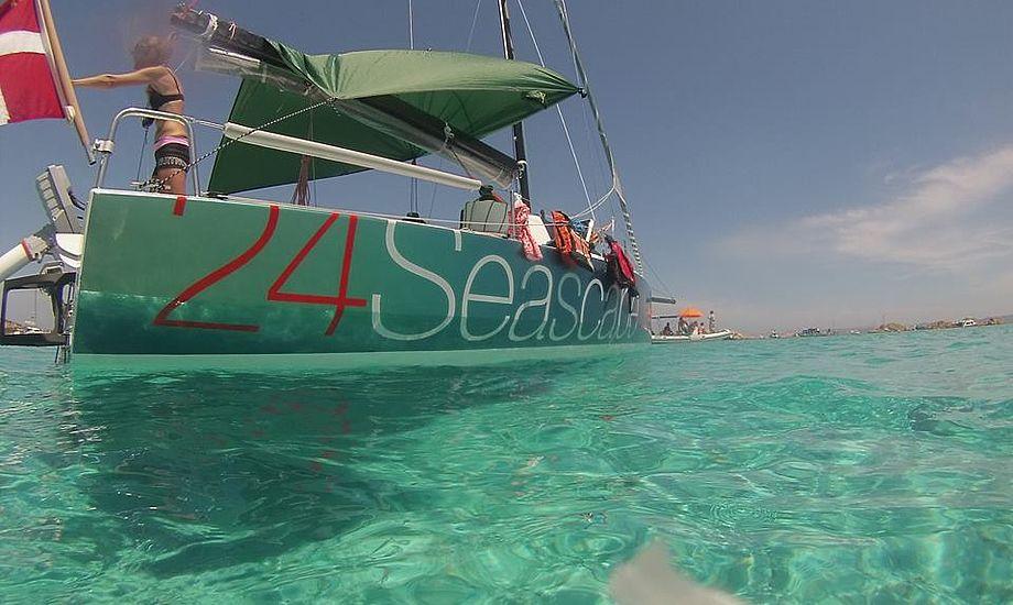 Her er den ny Seascape 24 ved Sardinien. Den koster fra 400.000 kroner med storsejl, fok og gennaker og landevejstrailer. Foto: Per Cederberg