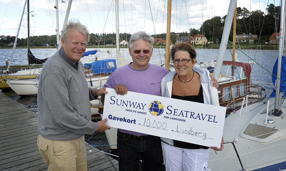 Heidi og Gert Lundberg til højre, får overrakt gavekort fra Sunway Seatravel og Pantaenius Af Michael Bygballe. Foto: Niels Kjeldsen