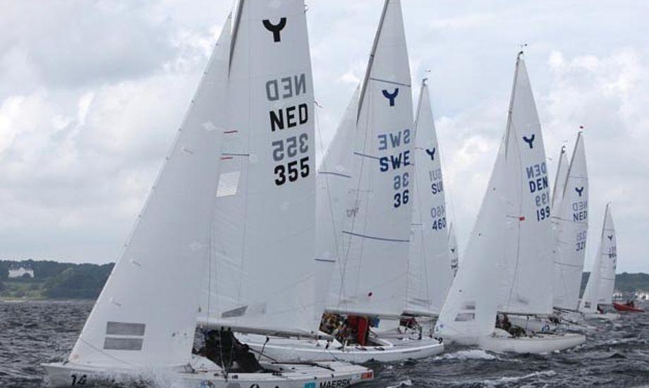 Efter onsdagens første race sprang vinden, så der gik lidt tid med at lægge banen om. Foto Per Heegaard/Sailing Aarhus