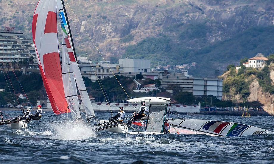 Den danske sejler klarer sig (Allan Nørregaard). Et par dage før var han parat til at forlade OL - hans reaktion på en dårlig placering. Hollænderen til højre vælter. Hvad siger han mon til sig selv den aften? Foto: Troels Lykke.