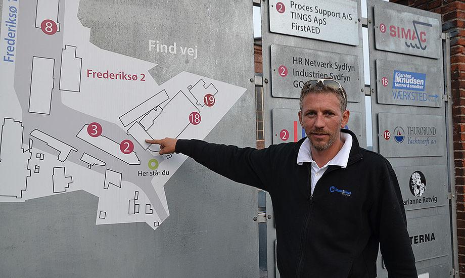 Rigger Frank Kirkegaard foran de nye lokaler på Frederiksø - foran oversigtskortet på Frederiksø. Foto: Louise Haldbo Balslev/Riggerne Mast2Keel