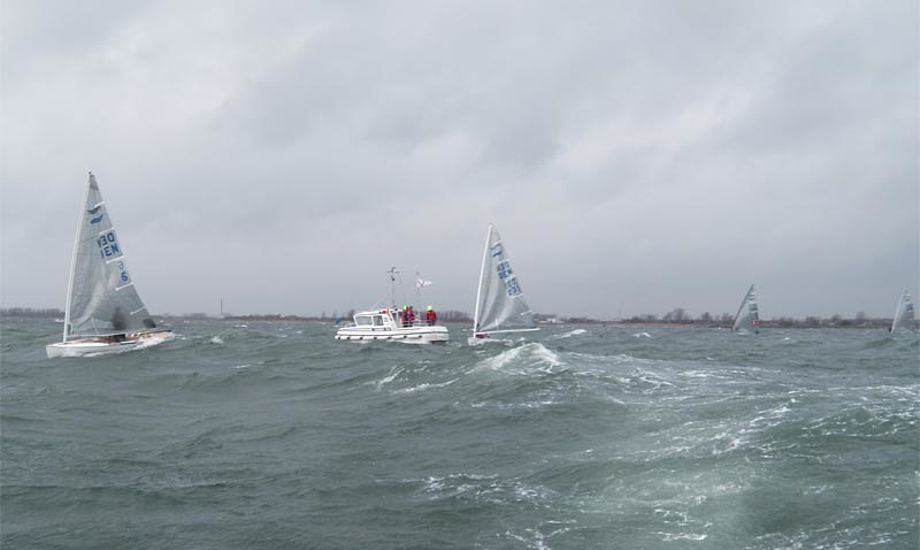 Vejret var ikke med sejlerne til Flæske Cup. Foto: finnjolle.dk