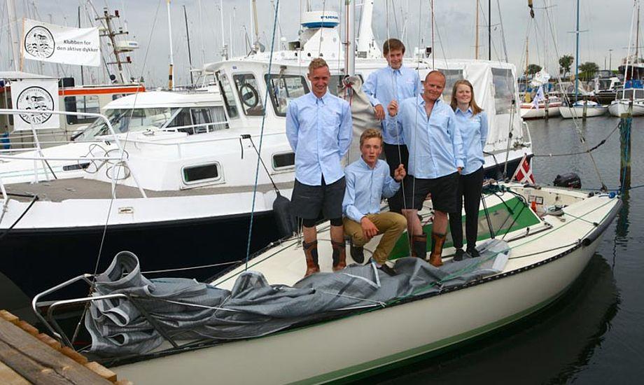 Med på holdet er Frederik Berg, Anders Nørrelykke, Niels Moldrup, Niels Ipsen, Konrad Floryan og Emilie Freek fra Hellerup Sejlklub.