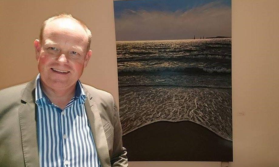 Ken Zier udstiller og udgiver en bog med sine malerier fra Helgenæs