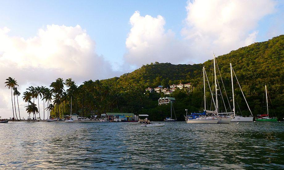 En tragedie er opstået i St. Lucia, Marigot Bay, hvor Signe Storr og Henrik her ligger side om side med ægteparrets båd, Magnetic Attraction. Foto: Signe Storr