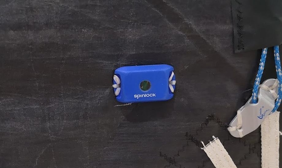 Sail-Sense måler også belastninger i sejlet. Med denne sensor ved du mere om hvor slidt dit sejl faktisk er. Foto: Troels Lykke
