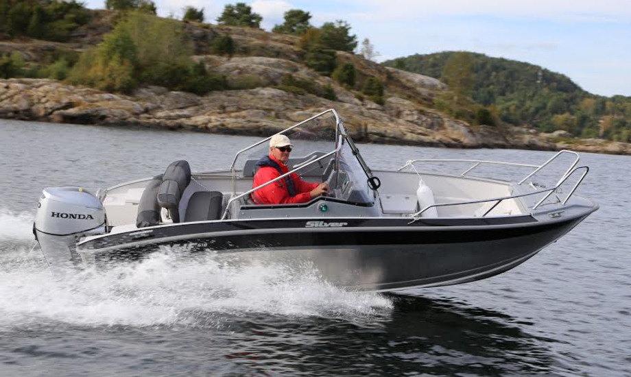 31 knob er topfarten for den finske alu-båd, når den 520 kilo lette båd sejler med en 60 hk motor. Fotos: Troels Lykke