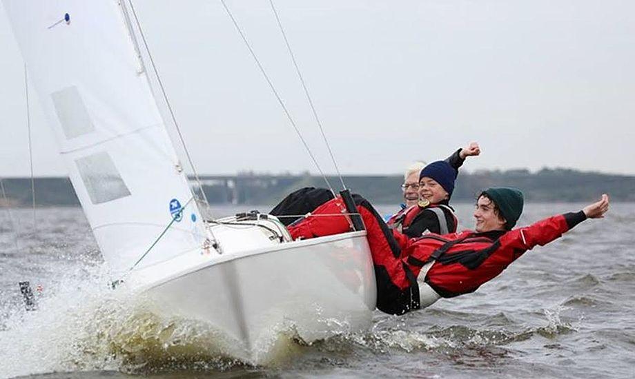 Jørgen Ring og gaster ombord på Rings Yngling 'Yeti' under kapsejlads i Holland i 2014. Foto: Privatfoto