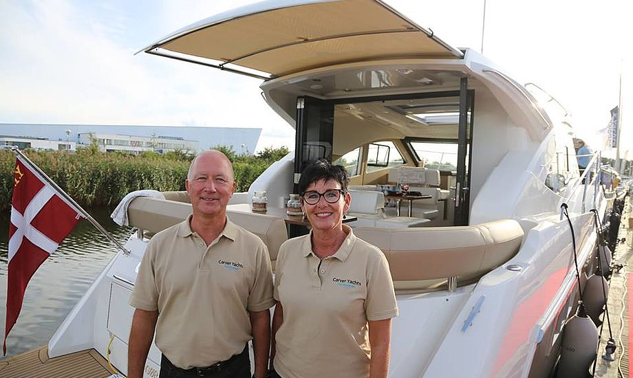 Niels Stielund og Annette Slot havde virkelig mange besøgende på Carver 37, som de har testet i denne sommer. Båden har et væld af gode detaljer, som motorbaadsnyt.dk fik info om under rundtur. Foto: Troels Lykke