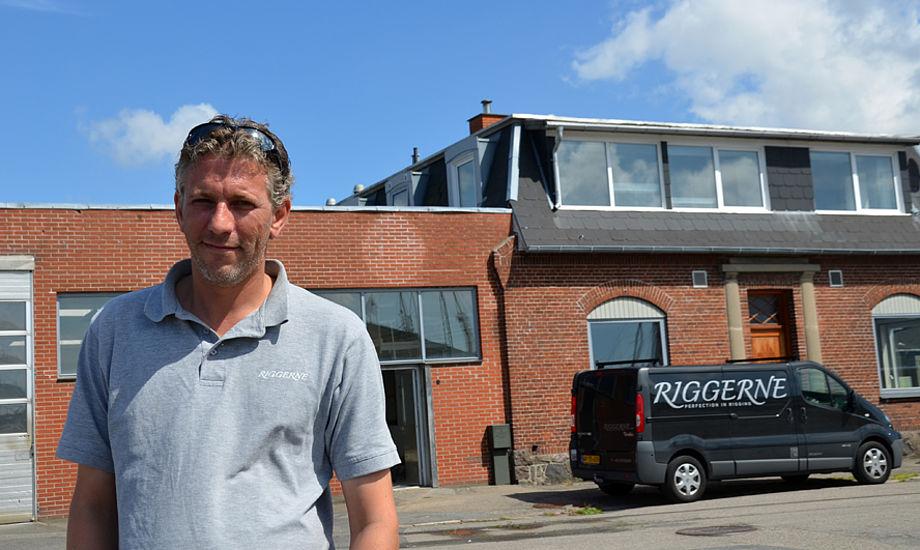 Frank Kirkegaard står foran nye lokaler lige ved Svendborg havn. Da minbaad.dk var forbi i sidste uge, arbejdede man hårdt på at blive klar til 15. august, hvor der åbnes. Foto: Louise Haldbo Balslev