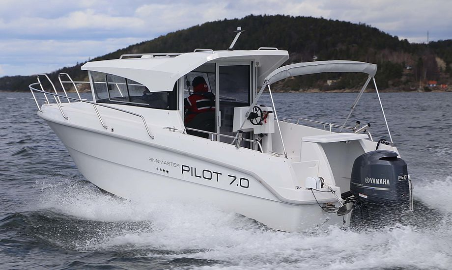 Det store agterdæk er en af bådens styrker. Finnmaster Pilot 7.0 styres også udefra, hvilket er smart ved havnemanøvre. Foto: Troels Lykke