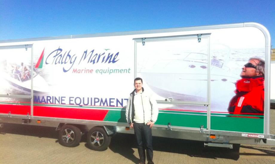 Peter Helleskov fra Palby Marine i Kolding står her foran firmaets show-trailer.