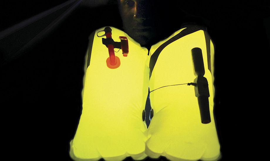 Lume-On på lunge fra Spinlock: To små Lume-On kan lyse hele lungen op på selvoppustelige redningsveste. PR-foto