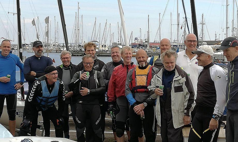 Deltagerne mødtes over en molebajer efter en lærerig dag på vandet. Træner André Højen Christensen er nummer seks fra venstre. Foto: Jacob Dalgaard Nielsen