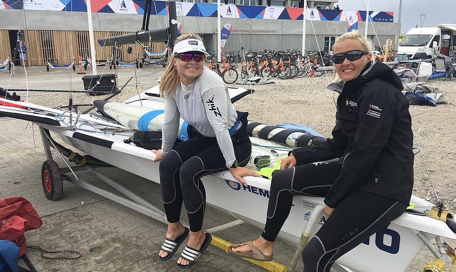 Katja Salskov-Iversen og Jena Mai Hansen har ikke problemer med at holde humøret oppe på land. Foto: Sara Sulkjær
