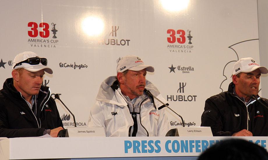 BMW Oracle Racing: Fra venstre James Spithill, Larry Ellison og Russell Coutts i AC-byen. Foto: Troels Lykke