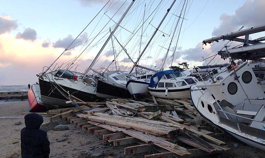 Oprydningen på Gilleleje Havn kommer til at tage tid. Foto: Lars Kindt Hendriksen/facebook