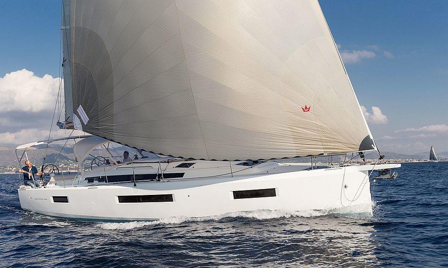 Med Elvstrøm Sails store code one-sejl, der hæfter på det 75 centimeter permante bovspryd, steg farten til mere end otte knob.Foto: Bertel Kolthof