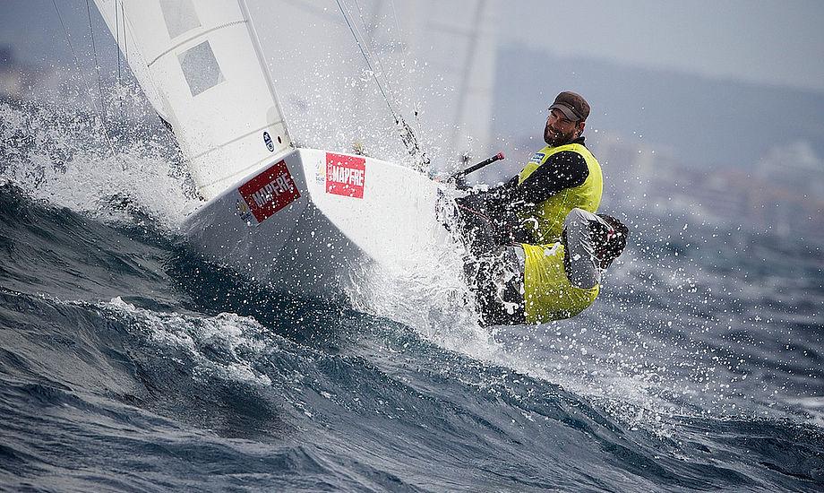 Det blæste på Mallorca i går. Her er det en Starbåd i bølgerne. Tre danske Starbåde deltager på solskinsøen.