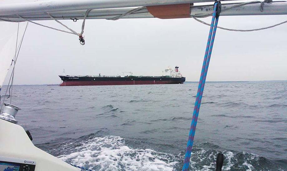 Os sejlere skal betale for at den professionelle skibsfart – fragt, færger og erhvervsfiskeri får service og sikkerhed af Lyngby Radio. Foto: Troels Lykke
