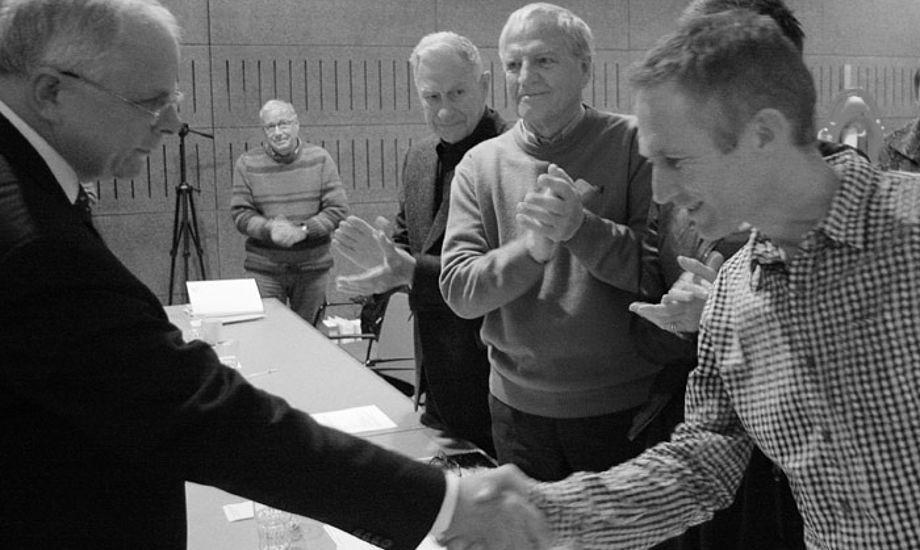 Carl Gerstrøm, afgående formand, ønsker den nye formand for DS, Hans Natorp, tillykke. Foto: Troels Lykke