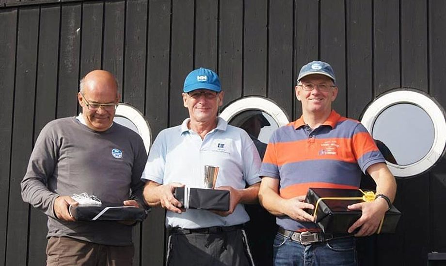 Andreas Granlund, Bent Mallemuk og rorsmand Per Jørgensen fik pokalen hjem til Koldibg igen. Foto Kolding Sejlklub