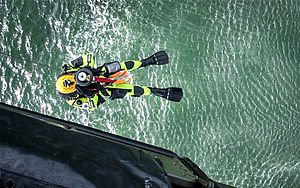 Redningsarbejder hoistes ned fra EH101 helikopter