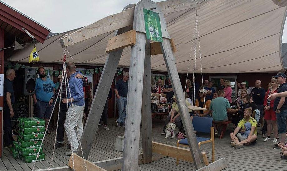 De tre første både sender skipperen på vægten og vinder dennes vægt i drikkevarer, sponsoreret af SuperBrugsen Gilleleje. Foto: Gilleleje Sejlklub