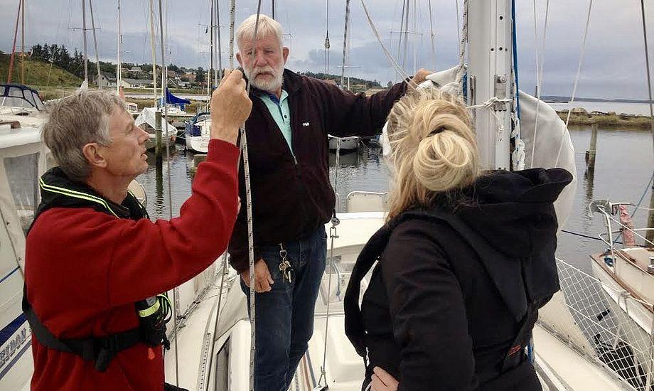 Eleverne, som ofte er relativt unge, får gode tips fra de ældre og mere erfarne sejlere i Hvalpsund. Foto: Dan Cort Jørgensen